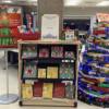 Un sapin de Noël en livres à la bibliothèque Roy-Denommé du campus de Trois-Rivières