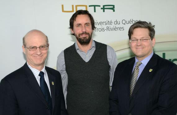 De gauche à droite : Robert W. Mantha, vice-recteur à la recherche et au développement de l'UQTR, Johannes A. Frasnelli, titulaire de la Chaire UQTR en neuroanatomie chimiosensorielle et Patrick Lahaie, directeur du Bureau du recteur. (Photo Daniel Jalbert)