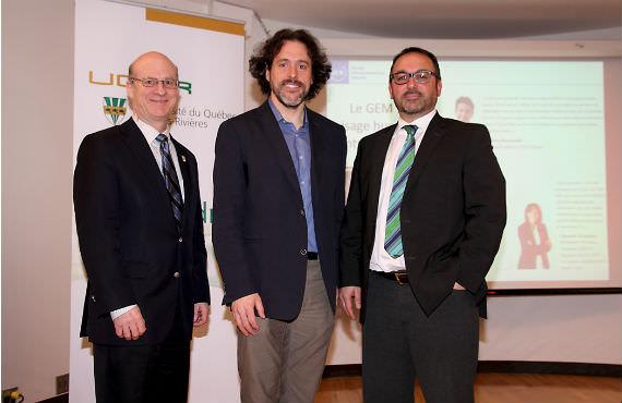 De gauche à droite : Robert W. Mantha, vice-recteur à la recherche et au développement (UQTR), Étienne St-Jean et Marc Duhamel, professeurs au Département des sciences de la gestion de l'UQTR. (Photo Annie Beirn)