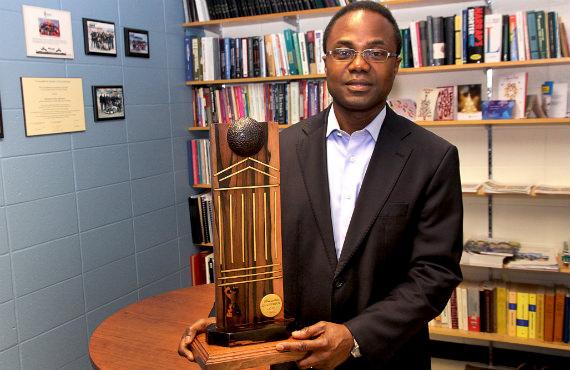Kodjo Agbossou est directeur de l'École d'ingénierie de l'UQTR. (Photo Annie Brien)
