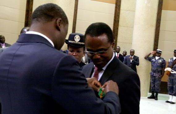Kodjo Agbossou, décoré Officier de l'Ordre national du Mérite par le président de la République du Togo, Faure Gnassingbé.