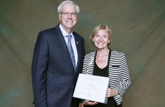 Daniel McMahon, recteur de l'UQTR, en compagnie de professeure Sylvie Deslauriers, admise au Cercle d'excellence de l'Université du Québec.