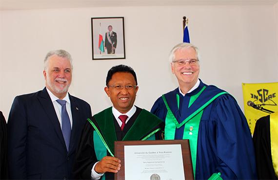 Philippe Couillard, Premier ministre du Québec, Hery Rajaonarimampianina, président de la République de Madagascar et Daniel McMahon, recteur de l'UQTR.