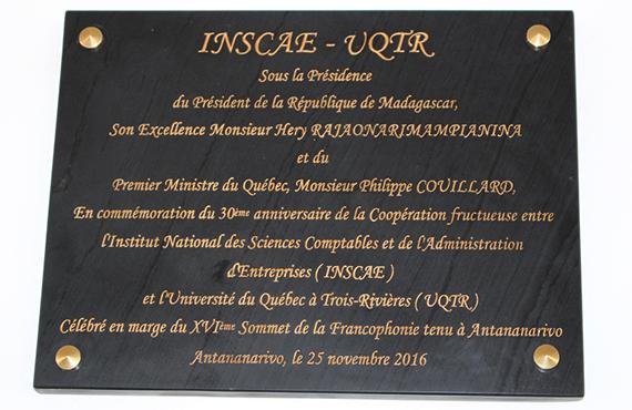 Plaque commémorative du 30e anniversaire de la coopération entre l'UQTR et l'INSCAE.