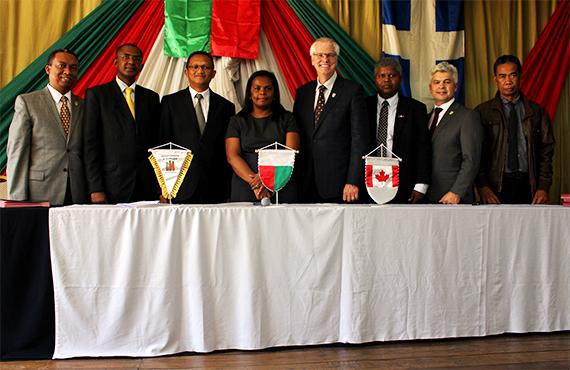 Patrick Razakamananifidiny, conseiller en développement international à l'UQTR, Jean Louis Rakotovao, directeur général des orientations stratégiques et affaires sociales, représentant la ministre de l'Enseignement et de la Recherche scientifique de Madagascar, Jean Lalaina Rakotomalala, directeur général de l'IST d'Antananarivo, Lova Raharimihaja Zakariasy, directrice générale de l'IST d'Antsiranana, Daniel McMahon, recteur de l'Université du Québec à Trois-Rivières, Jean Marie Razafindrajaona, directeur général de l'IST d'Ambositra, Dominique Rakot, enseignante à l'IST d'Antsiranana, représentant la Conférence Internationale d'Ingénieurs et de Techniciens Francophones (CITEF).
